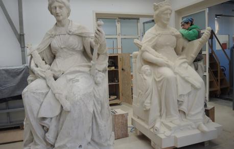 Vladna palača, na vhodu postavljeni novi kopiji kipov