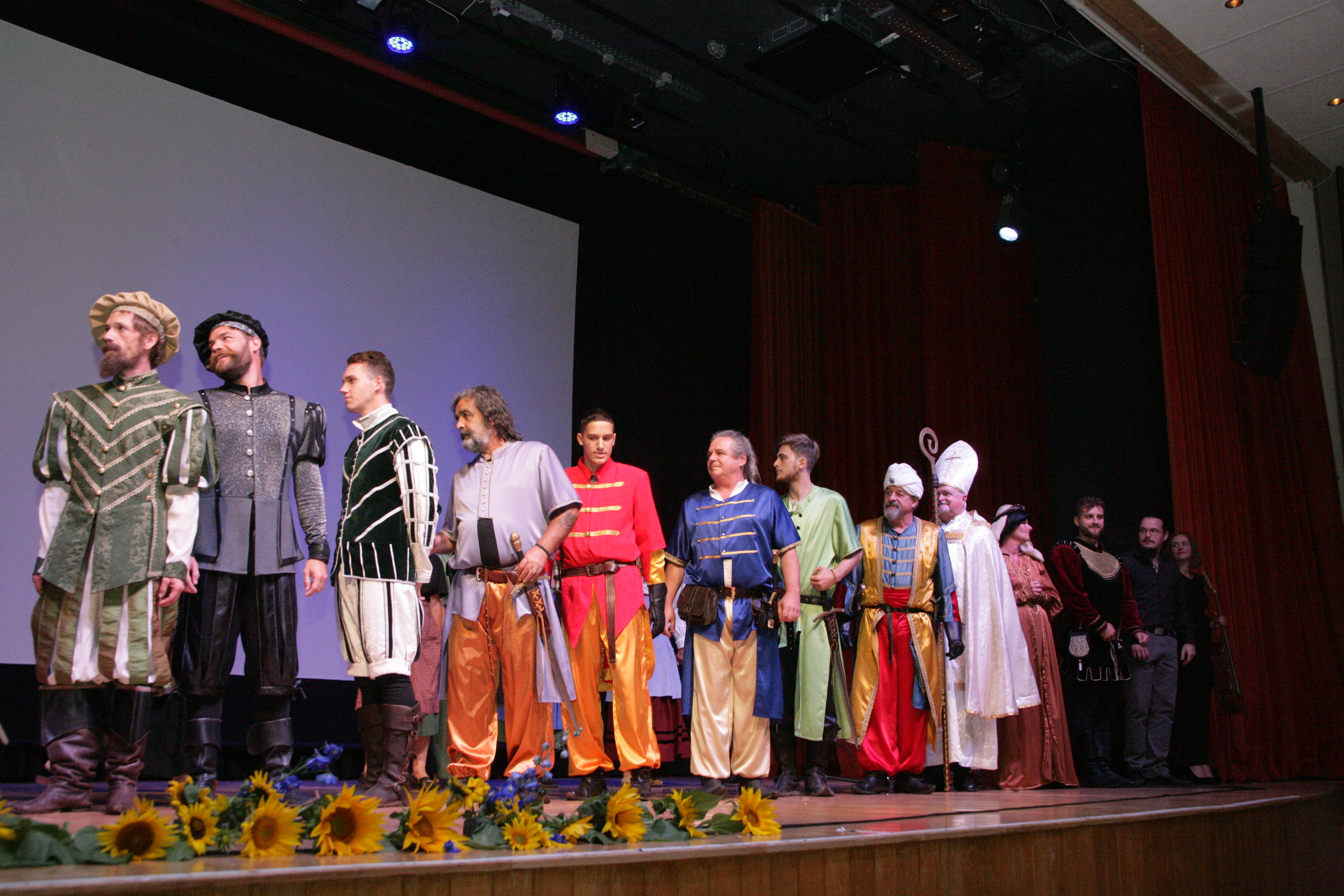 V predstavi je sodelovala 60 oseb.