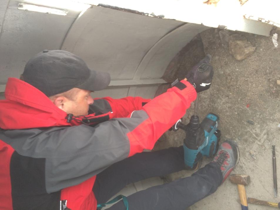 Odstranjevanje cementnega podstavka v notranjosti stolpa (foto:Gorazd Lemajič)