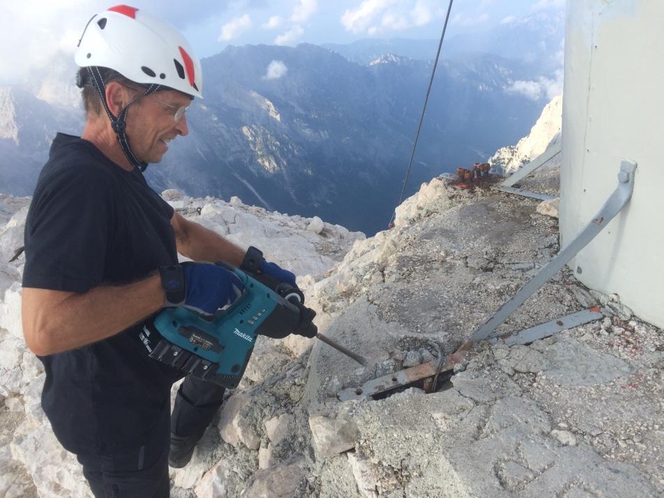 Odstranjevanje cementne površine ob talni konstrukciji (foto:Gorazd Lemajič)