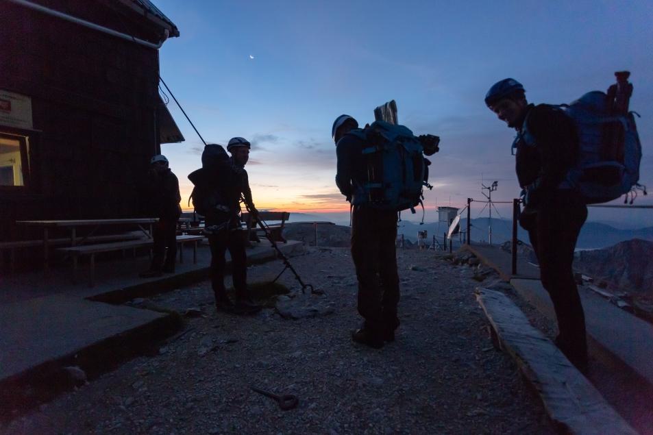 Jutranji vzpon na Triglav pred prihodom helikopterja (foto:Vizualist)
