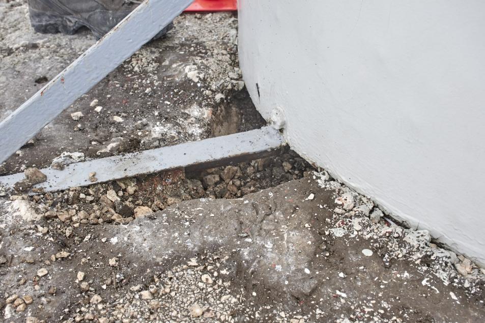 Odstranjevanje cementne površine ob talni konstrukciji (foto:Martin Kavčič)