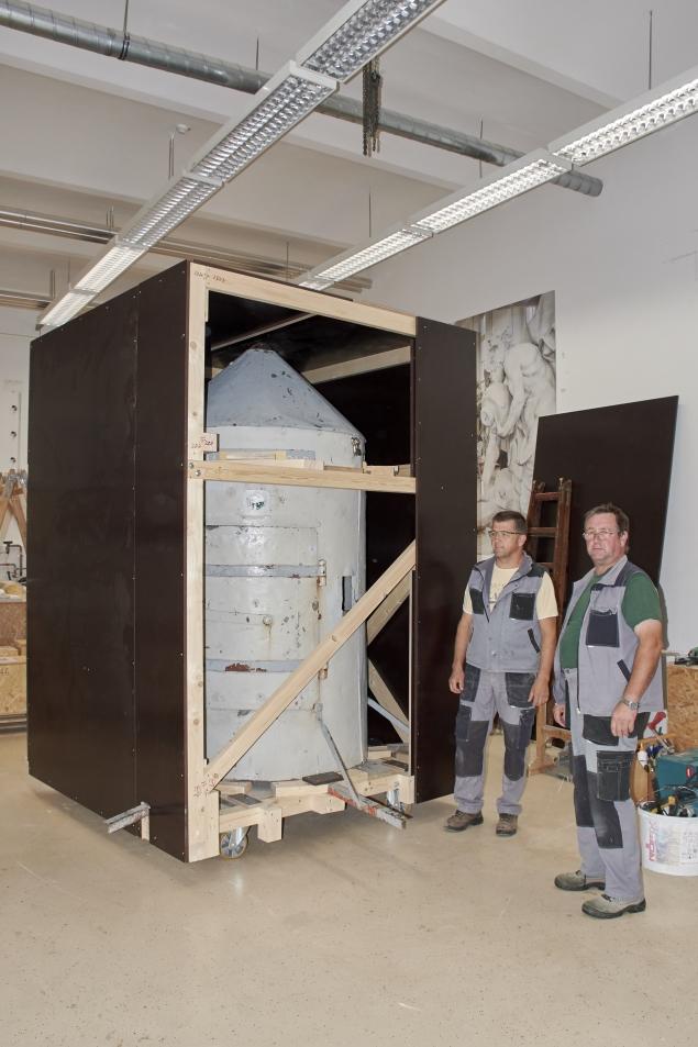 Priprava lesene embalaže z notranjo konstrukcijo za varnost stolpa med transportom (foto:Martin Kavčič)