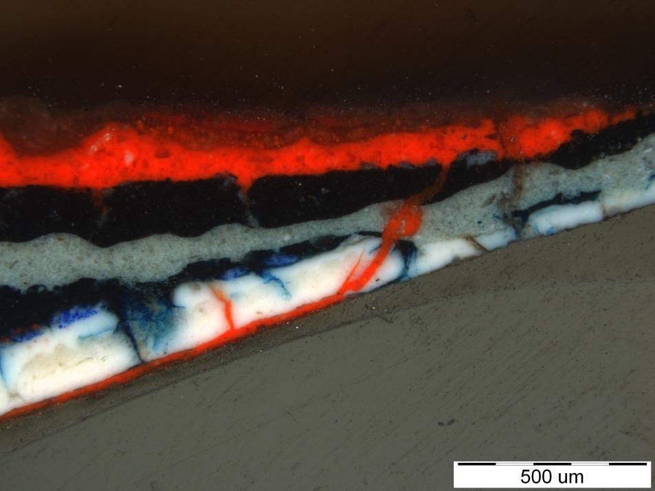 Statigrafsko zaporedje plasti vzorca TAS_ALPHA-28, določena dva različna modra pigmenta, prusko modro in ultramarin (foto: Lea Legan)