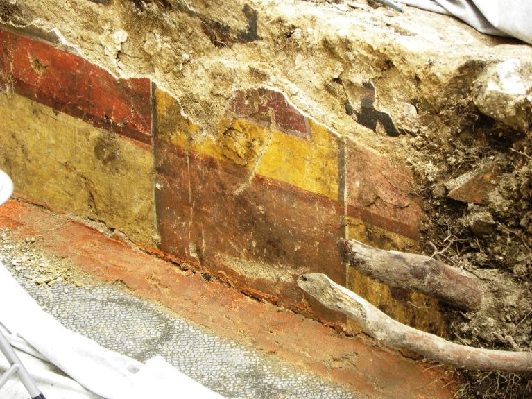 Detajl odkritih stenskih fresk, ki so bile zaradi sesedanja tal in korenin prhke ter precej poškodovane. (©ZVKDS, 2014)