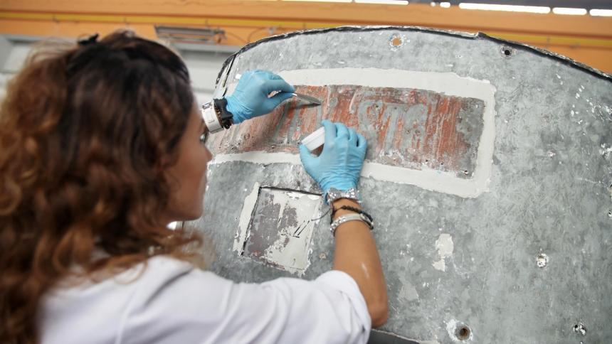 Vzorčenje na mestu prvotnega napisa Aljažev stolp. (foto: Vizualist, Rožle Bregar)