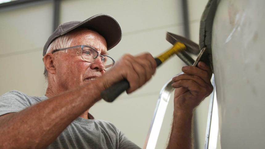 Pripasovanje strešne pločevine s plaščem stolpa. (foto: Vizualist, Rožle Bregar)