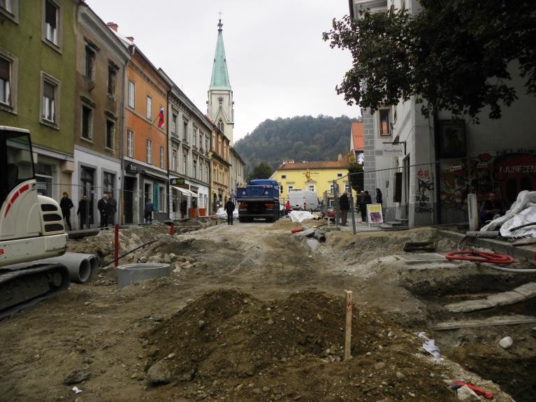Glavni trg med gradbenimi deli in vzporednimi arheološkimi raziskavami. (©ZVKDS, 2014)