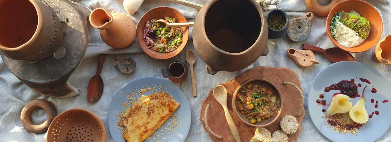 Heriterra_4b_raznolika heriterra hrana in nekaj Bahor keramičnih izdelkov, , foto Anja Vintar, arhiv ZVKDS