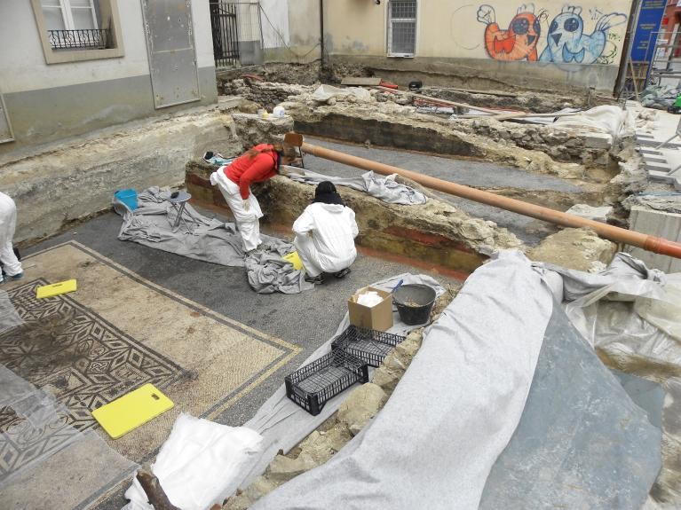 Interventni konservatorski posegi na stenskih freskah med raziskavami. (©ZVKDS, 2014)
