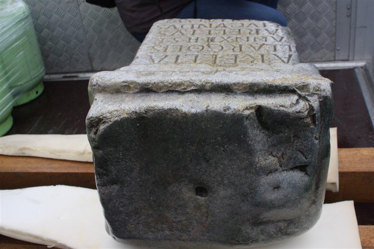 Nagrobnik je imel še nadgradnjo(kar se vidi po luknji(B.J.F.)