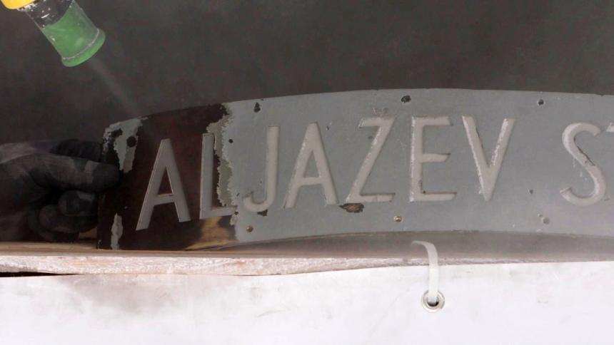 Peskanje napisne tablice Aljažev stolp. (foto: Vizualist, Rožle Bregar)