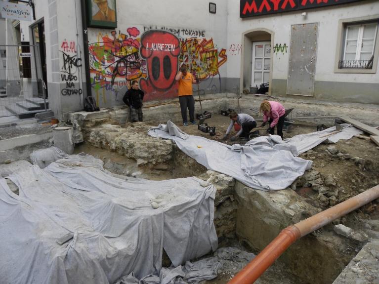 Pri razširjenih raziskavah pred objektom Glavni trg 17, 17 a je bil odkrit del mestne vile iz poznega 3. in 4. stoletja ter klet srednjeveškega objekta. (© ZVKDS, 2014)