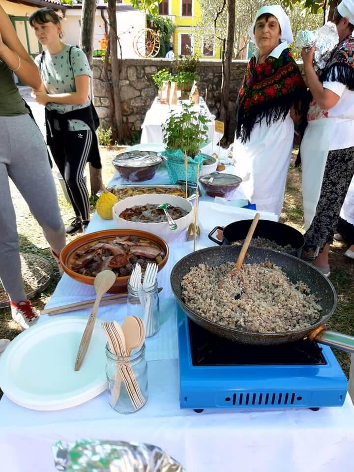 Skuhajmo zgodbo, ogled priprave ajdovih jedi v Opatjem selu, foto arhiv Šolski center Nova Gorica