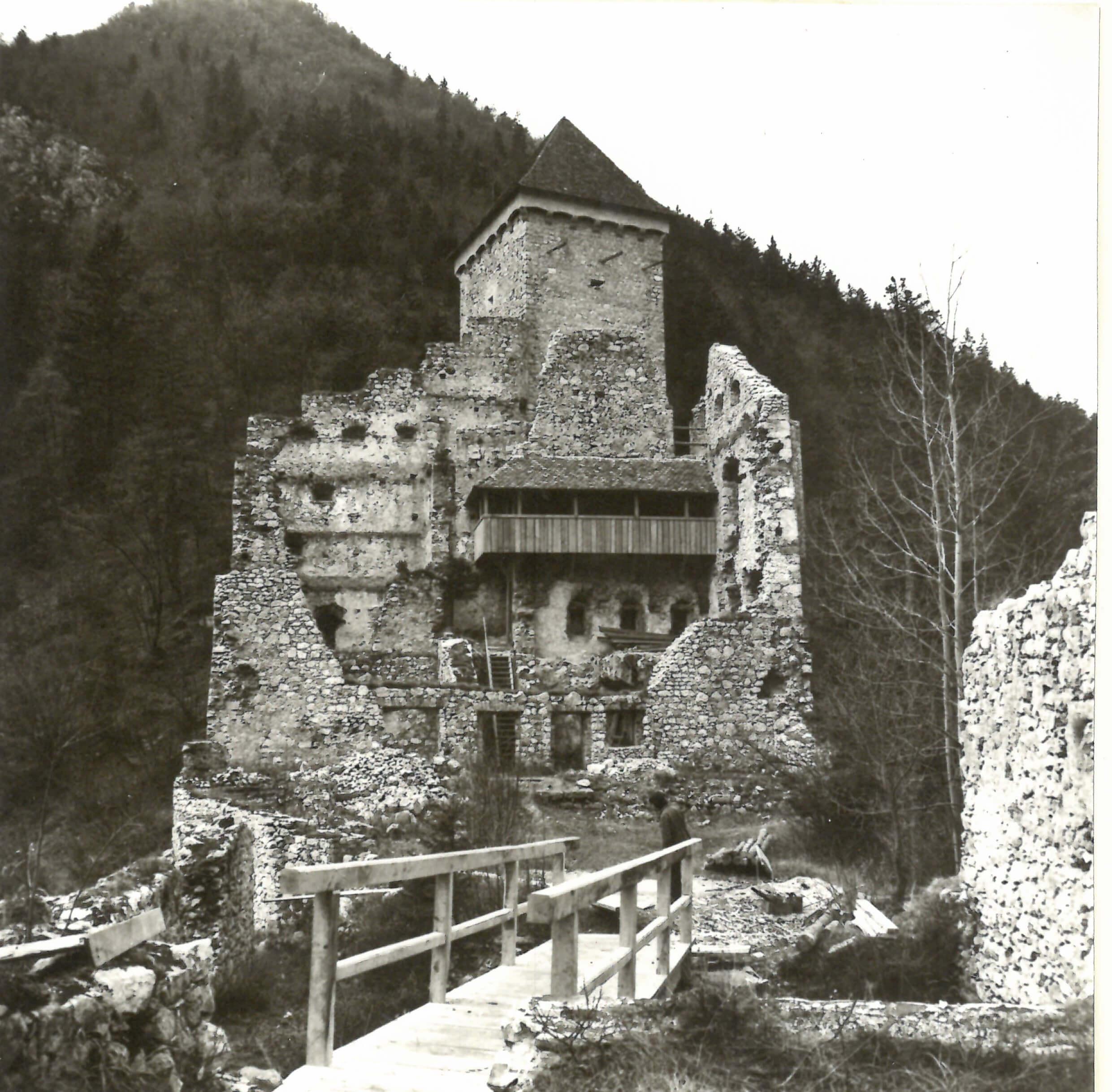 grad Kamen v Begunjah na Gorenjskem, leseni most nad prvim obrambnim jarkom, foto Peter Fister,1974