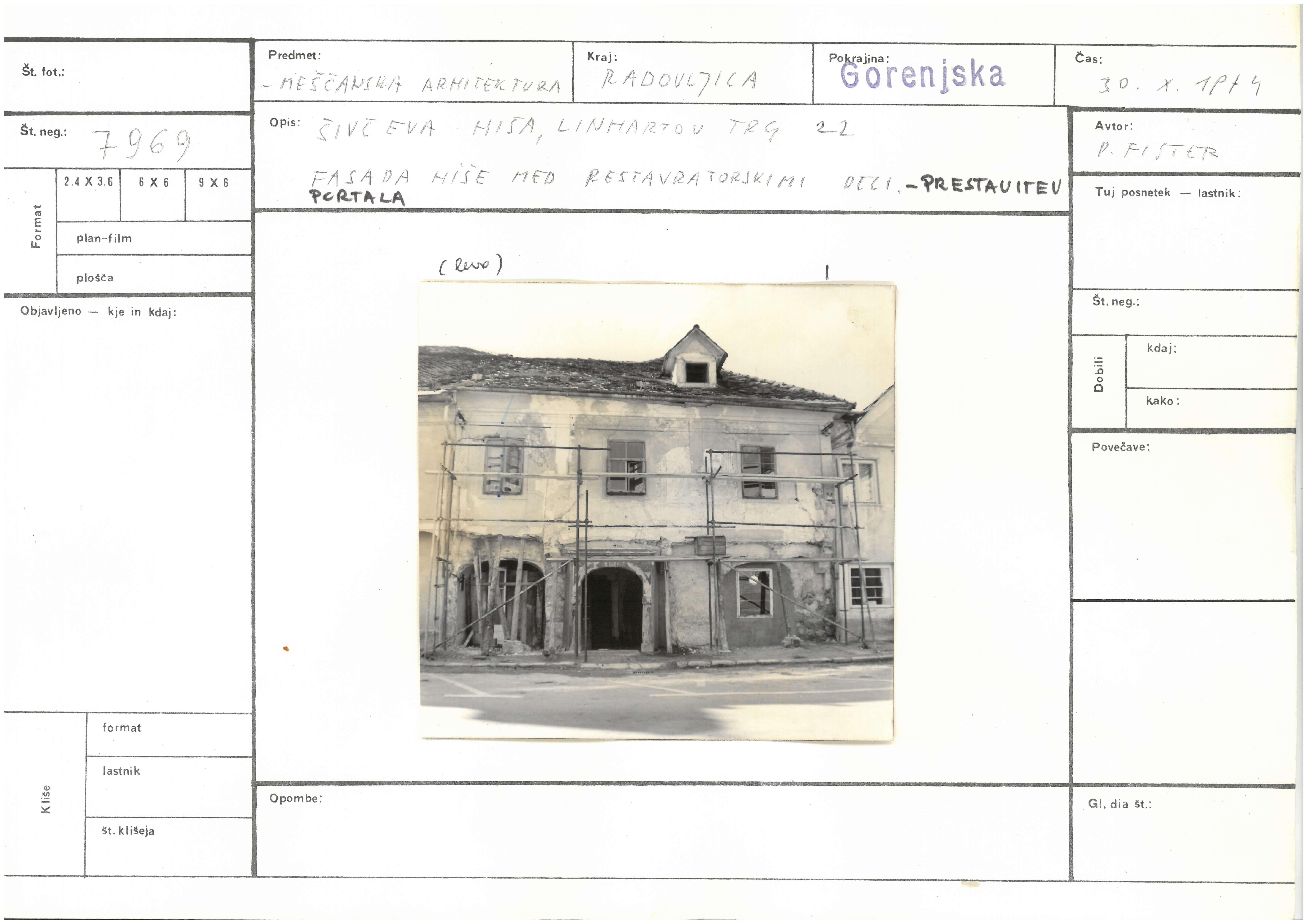 ZVKDS, fotokarton s fotografijo Šivčeve hiše pred prenovo, 1974