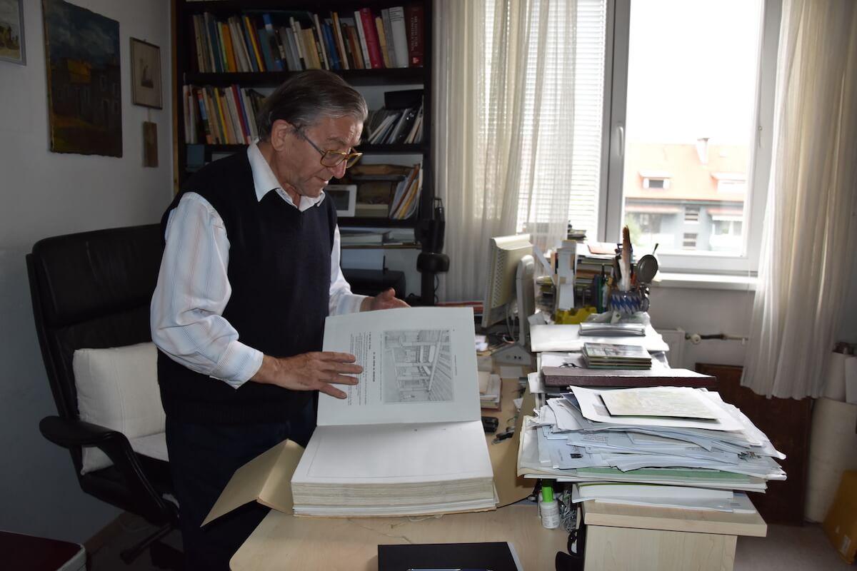 Peter Fister pri pregledovanju knjige, ki je nastala po študiju na Delosu (D'ELOS, L'ilot de la maison des comediens; Paris 1970)