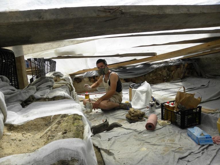 Začasna zaščita arheoloških ostalin in restavriranje stenskih fresk. (© ZVKDS, 2014)