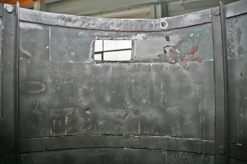 Detajl notranje strani stolpa po odstranjevanju barve (ZVKDS RC – V. Benedik).
