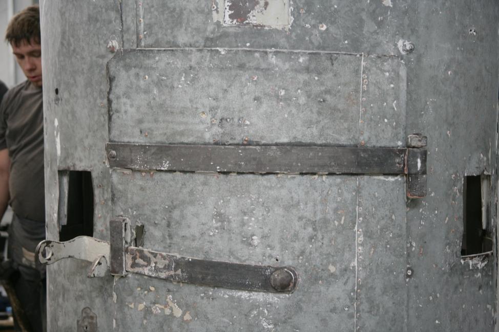 Osrednji del plašča stolpa z zgornjim delom vrat po odstranjevanju barvnih nanosov.  (ZVKDS RC – V. Benedik).