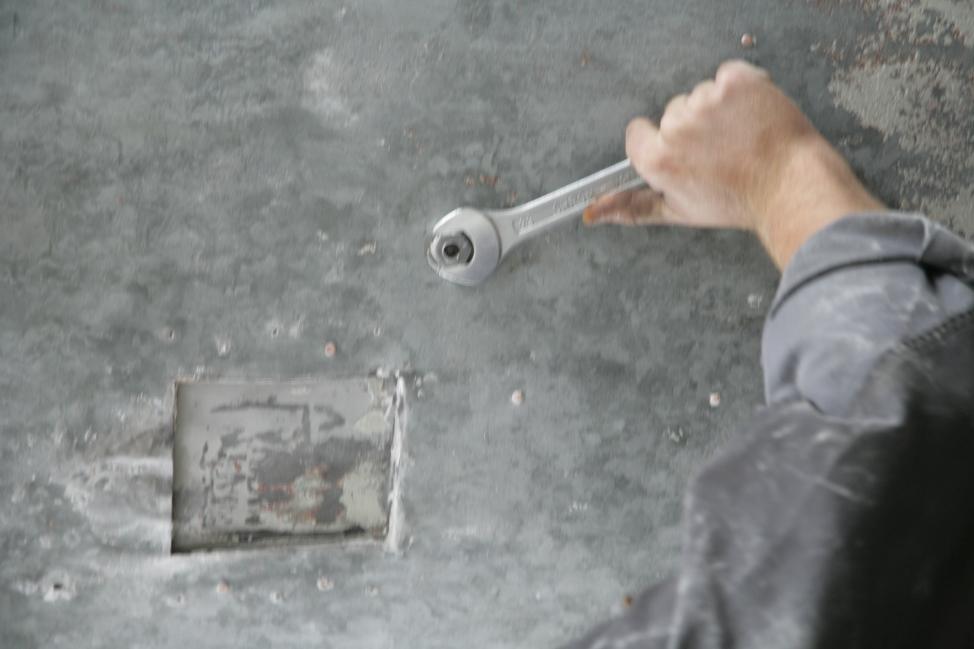 Nadaljevanje demontaže konstrukcijskih elementov (ZVKDS RC – V. Benedik).
